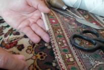Wir reparieren alles rund um Teppiche,   handgeknüpfte Teppiche unter   fachmännischer Leitung. Ob   Brandlöcher, Mottenlöcher, das   Einziehen von Fransen, die Einfassung   neuer Kanten oder Befestig